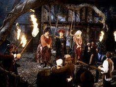 Hocus Pocus - Publicity still of Kathy Najimy & Bette Midler Hocus Pocus 1993, Hocus Pocus Movie, Hocus Pocus Witches, Vinessa Shaw Hocus Pocus, Bette Midler Hocus Pocus, Best Halloween Movies, Halloween Pics, Halloween 2020, Movies