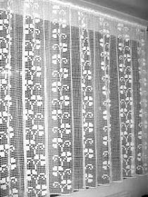 PERDELE CROSETATE ROMANIA: Perdea Crosetata Manual Rauri cu Flori Model 5 Crochet Curtain Pattern, Crochet Bedspread, Crochet Curtains, Crochet Skirts, Crochet Tablecloth, Crochet Patterns, Filet Crochet Charts, Free Crochet, Knit Crochet