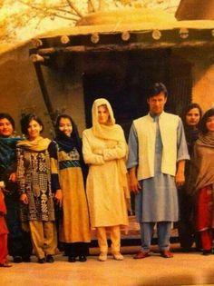 Here is rare pic of Imran and Jamaima Mahira Khan Pics, Imran Khan Wedding, Imran Khan Cricketer, History Of Pakistan, Pakistan Zindabad, Reham Khan, Imran Khan Pakistan, Saira Shakira, Ahsan Khan