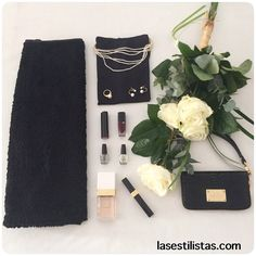 ✨LOOK DE CENA / DINNER LOOK ✨                                Sales esta noche a cenar? Te propongo un look en negro con una falda de terciopelo y lentejuelas. El toque chic lo otorgan las perlas / Going for dinner? What about a total black look with a velvet skirt with sequins. The classy touch is given by the pearls. #fashion #style #stylish #love #outfit #nailpolish #beauty #instafashion #pretty #girly #girl #skirt #outfit #clutch #jewelry #roses #flowers #lasestilistas
