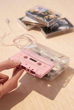En tiendas tan hipsters como Urban Outfitters están vendiendo diferentes modelos de walkman. | 16 Pruebas de que el cassette regresó y básicamente vivimos en el pasado