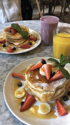A breakfast delight! - A simple recipe for pancakes, fruits & refreshing smoothie. Snap Food, Cakes Plus, Food Snapchat, Aesthetic Food, No Cook Meals, Food Photo, Baby Food Recipes, Love Food, Cravings