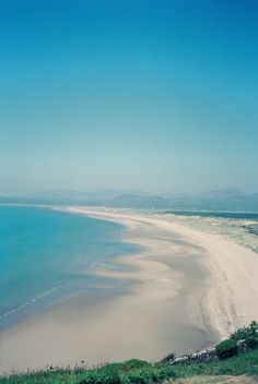 """sowhatifiliveinjapan: """" Harlech Beach, Gwynedd, Wales """" Wales Uk, North Wales, Places Ive Been, Places To Visit, Wales Flag, Uk Beaches, Holiday Images, England, Snowdonia"""