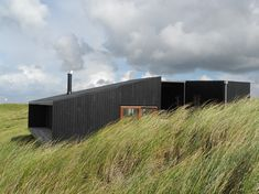 Danish practice Mette Lange Architects have designed a vacation home in Henne, Denmark. The small vacation house is located in the big dunes next to the Northern Sea on the Danish west coast. Japanese Architecture, Facade Architecture, Residential Architecture, Amazing Architecture, Floating Architecture, Bungalows, Studio Build, Porches, Rural House