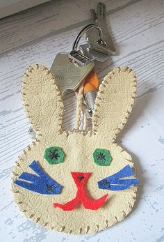diy porte clef lapin cuir Straw Bag, Crafts For Kids, Bags, Porte Clef, Pretty, Leather, Crafts For Children, Handbags, Kids Arts And Crafts