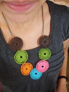 crochet motif necklace Crochet Jewelry Patterns, Crochet Earrings Pattern, Crochet Baby Dress Pattern, Form Crochet, Headband Pattern, Thread Crochet, Crochet Accessories, Crochet Motif, Crochet Designs