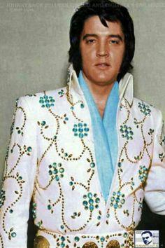 Elvis, ik ben eigenlijk best nieuwsgierig hoeveel verschillende pakken Elvis heeft, de een is nog mooier dan de andere.....lbxxx.