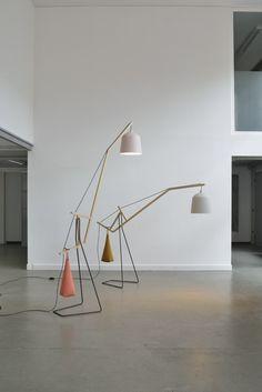 un lampadaire, c'est souvent un pied, un grand bras et un abat-jour! Heureusement il y a des designers, des créateurs et des créatrices qui ont beaucoup d'idées! Miriam Aust et Sebastia…