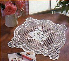 Je vous présente des napperons carrés que j'ai eu le plaisir de réaliser ! Vous trouverez pour chaques modèles , la photo , le schéma et mon ouvrage terminé . Voici un napperon carré orné d'un beau coq Grille au crochet n° 1,25 à 1,50 Monter 94 m. en...