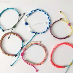 Make your own DIY pura vida-inspired bracelets with this easy tutorial. The wax string friendship bracelets are so cute and dainty you will love making them Bracelets Design, Gemstone Bracelets, Cuff Bracelets, String Friendship Bracelets, String Bracelets, Summer Bracelets, Braclets Diy, Diy Friendship Bracelets Tutorial, Diy Bracelets Easy
