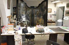 """Atelier van Frederik Cnockaert, hij is de hoofdrestaurator van kerat art telier en is werkzaam als gediplomeerde kunst expert sinds 1992. Hij restaureerde eerst voltijds bij diverse Vlaamse Musea (10 jaar). Restauraties van o.a. schilderij van P. Rubens ( Seneca) uit het Plantin Moretus Museum en van het beeld """"Keizer Karel """" uit het Brugge Museum. Sinds 2002 ben ik voltijds zelfstandig restaurator in zijn Kunstatelier Kerat bvba en werkt ook regelmatig als gastdocent bij Syntra West Brugge…"""