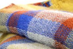 Grand châle moutardeécossais doux en laine pour se blottir de chaleur.