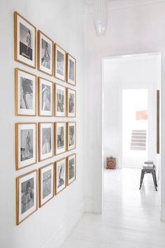 """Dans un esprit """"art gallery"""", on habille ses murs de photos ! Avec une seule très belle image, une série de photos, ou plusieurs tirages mélangés à des affiches et des illustrations, on donne du style à sa déco murale. Du salon à la salle à manger en passant par le bureau ou encore l'escalier, les photos nous racontent des histoires."""