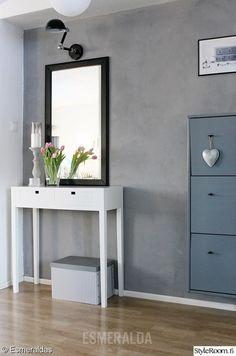 eteinen,harmaa seinä,kenkäkaappi,seinävalaisin,betoniseinä