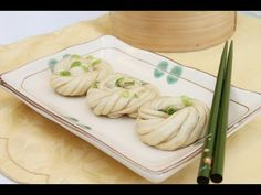 Pop and Wok recipe for Steamed Flower Buns or Hua Juan. Steamed buns, or bao, are a popular Chinese dim sum snack. Seasoned with sesame oil and spring onions. Wok Recipes, Asian Recipes, Ethnic Recipes, Chinese Recipes, Flower Bun, Longest Recipe, Steamed Buns, Dim Sum, Love Food