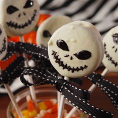 Skellington Oreo Pops Making 'The Nightmare Before Christmas' oreo pops are way easier than you think. Get the recipe at .Jack Skellington Oreo Pops Making 'The Nightmare Before Christmas' oreo pops are way easier than you think. Get the recipe at . Bolo Halloween, Postres Halloween, Dessert Halloween, Halloween Oreos, Halloween Party Snacks, Halloween Goodies, Halloween Makeup, Halloween Recipe, Halloween Decorations