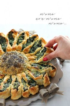 Chiarapassion: flower cake with spinach and ricotta, salty sunflower Vegetarian Recipes, Cooking Recipes, Healthy Recipes, Easy Dinner Recipes, Easy Meals, Good Food, Yummy Food, Quiches, Food Design