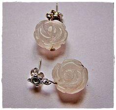 Pendientes de cuarzo rosado. Rosas talladas en la piedra natural. Base de pendiente de plata tibetana. Más info en nuestra página de Facebook https://www.facebook.com/pages/MayBee-Handmade-by-Bee/240819805948142