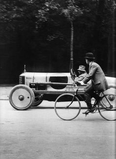 France. Street scene, 1912 // Jacques-Henri Lartigue