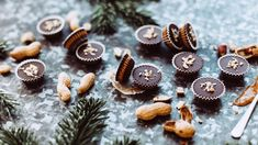 Pokud jste někdy ochutnali kombinaci lehce slaného arašídového másla ačokolády, asi vás už přesvědčovat nemusím. Pro ty ostatní: věřte nám, je to závislost, askoncujte sní raději hned vpočátcích! Pokud už vám není pomoci, budiž vám útěchou, že tyto bleskové košíčky se hodí nejen jako cukroví, ale ijako relativně zdravá sladkost kdykoli během roku. Christmas Baking, Food, Essen, Meals, Christmas Cookies, Yemek, Eten