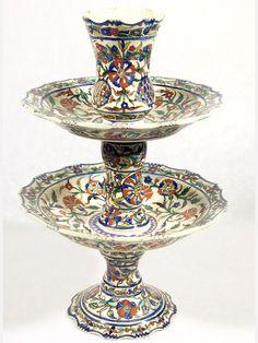 Kutahya Exceptionnel et rare présentoir à dragées ou à sucreries de Kutahya, de 39 cm de hauteur. Fin 19e siècle. De par sa fragilité, très peu de pièces de ce type ont survécu aux multiples aléas de la manipulation.