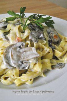 Il sapore della pasta fatta in casa! Tagliatelle fresche ai funghi con philadelphia e prosciutto croccante. La ricetta la trovate su http://noodloves.it/tagliatelle-ai-funghi-con-philadelphia-e-prosciutto-croccante/