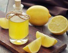 come trattamento anti cellulite, nella pulizia del viso, aiuta a disinfettare e dà la sensazione di pulito. Puoi anche aggiungere alcune gocce al balsamo, ha un effetto ricostituente e dona lucentezza ai capelli. È ottimo anche come rimedio contro le occhiaie, imbevi una garza con due gocce di olio di limone e olio di mandorle, applica sulla zona oculare, massaggia bene e in questo modo rivitalizzerai il contorno occhi