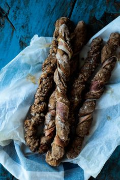 Twisted Rye bread with bacon Kitchen Recipes, Gourmet Recipes, Snack Recipes, Vegan Snacks, Healthy Snacks, Healthy Recipes, Tapas, Danish Food, Quiche Recipes