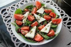SAŁATKA ZE SZPINAKIEM, SEREM FETA I POMIDORAMI  Składniki:      szpinak 100g     kilka pomidorków cherry     2 suszone pomidory     ok. ¼ kostki sera feta (70g)  Składniki sosu:      łyżka oliwy z oliwek     łyżka octu winnego     ząbek czosnku     płaska łyżeczka ziół prowansalskich     ew. sok z ¼ limonki  Po więcej udaj się na: http://kreatorniazmian.pl/przepis-salatka-ze-szpinakiem-serem-feta-i-pomidorami/