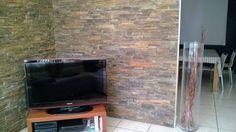 pared de comedor revestida de piedra