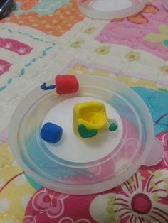 클레이로 만든 컵과 내용물 (빨간색은 딸기 쥬스, 파란색은 물)