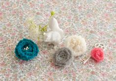 襟元につけたりショールをとめたり、何かと便利なコサージュです。/カラフル毛糸の指編み小物(「はんど&はあと」2012年10月号)