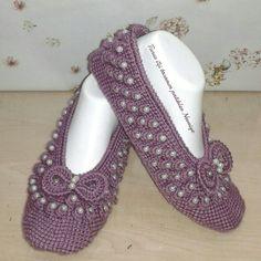 HUZUR SOKAĞI (Yaşamaya Değer Hobiler) Crochet Geek, Diy Crochet, Crochet Shoes, Crochet Slippers, Baby Knitting Patterns, Crochet Patterns, Popcorn Stitch, Foot Socks, Estilo Hippie