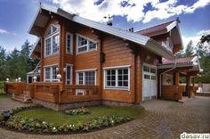 Красивый деревянный дом из лафета с лужайкой