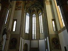 Chiesa di Santa Maria Donnaregina Vecchia - La zona absidale conserva resti della pavimentazione in cotto maiolicato, esempio questo di arte ceramica napoletana in età angioina, databili tra la fine delXIVe l'inizio delXV secolo. Sia l'abside che lo spazio antistante sono coperti davolte a crocieraaffrescate con colori angioini e del casato d'Ungheria, decorazioni che si ripetono anche nelle volte sottostanti il coro; ai lati dell'arco absidale invece si possono ammirare nella parte…