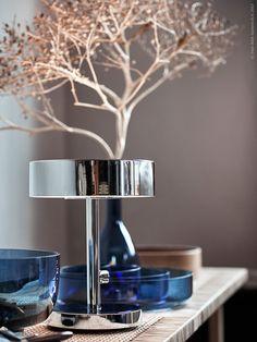STOCKHOLM 2017 bordslampa med inbyggd dimmer i förkromat stål och härdat glas är stilrent blank.