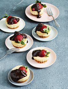 Limetillä maustetut minijuustokakut ovat varma noutopöydän hitti tai suloinen sormisyötävä piknikille. Cheesecakes, Tart, Food Porn, Baking, Sweet, Desserts, Recipes, Candy, Tailgate Desserts