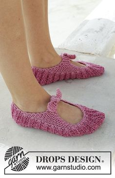 Be a Doll - Knitted slippers with rib and garter stitch. Sizes 35 - The piece is worked in 2 strands DROPS Fabel. - Free pattern by DROPS Design Knitting Socks, Knitting Stitches, Knitting Patterns Free, Knit Patterns, Free Knitting, Drops Design, Kids Slippers, Knitted Slippers, Magazine Drops