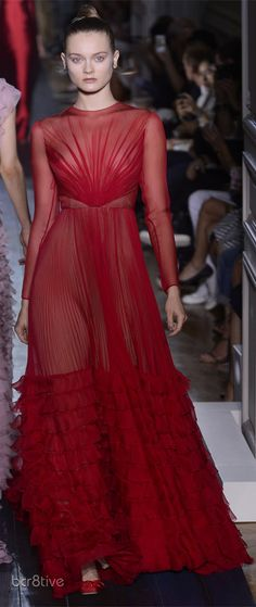 Valentino - Haute Couture Fall Winter - Shows .just stunning. I adore valentino Red Fashion, Couture Fashion, Runway Fashion, High Fashion, Fashion Show, Fashion Design, London Fashion, Daily Fashion, Street Fashion