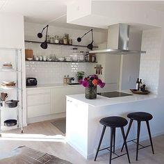 Vi älskar det stilrene köket där hemma hos@sofie_andresen.  De vita blanka Biselado plattorna och de öppna hyllorna ger köket en modern, industriell look. #cchöganäs #hoganaskakelcenter #kakel #klinker #inspiration #badrum #köksinspiration #kakelglädje #inredning #design #kök #biselado
