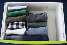 もうひとつ、洋服を立てて収納する際の便利アイテムが、突っ張り棒です。好きな幅に区切れるので、限られた空間を無駄なく使えます。 Towel, Cleaning, Storage, Interior, Google, Space Saving, Clothing Apparel, Purse Storage, Design Interiors