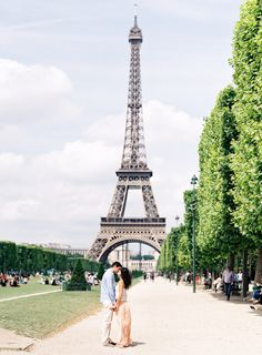 Photography: O'Malley Photographers - www.omalleyphotographers.com   Read More on SMP: http://www.stylemepretty.com/living/2014/09/12/romantic-picnic-in-paris/