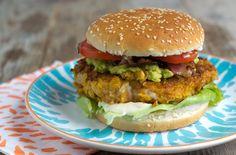 """Een van de foodbloggers die meedoetaan de Hellmann's Burger Contest is Brenda van Brendakookt.nl.Zij maakte een chicken burrito burger! """"Wanneer ik denk aan mijn ultieme kipburger dan wil ik eigenlijk alles er op. Ik wil spek, een romige saus, sla en tomaat. En avocado. Niet voor de hand liggend, maar wel extra lekker. Zeker bij […]"""