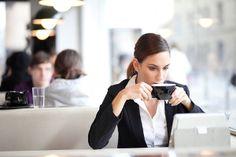 Freelancer arbeiten meistens von zuhause aus. Doch dauerhaft im Home Office zu arbeiten, bringt auch einige Nachteile mit sich. Sorgen Sie für Abwechslung und arbeiten Sie mal vom Café aus!