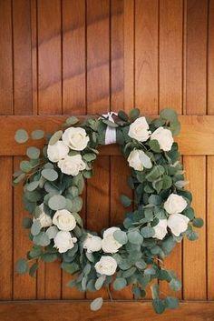 Hochzeitsdekore eukalyptus 37 Fresh Spring Wedding Wreaths eucalyptus and white roses wreath loosk very romantic Wedding Wreaths, Wedding Flowers, Wedding Bouquets, White Roses Wedding, Flower Bouquets, Corona Floral, Deco Floral, Diy Wreath, White Wreath