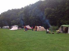 Een natuurcamping in België? Ben en Annelies openden Beau Reve in de Ardennen Camping, Staycation, Outdoor Gear, Belgium, Dolores Park, Hiking, Places, Travel, Vacation