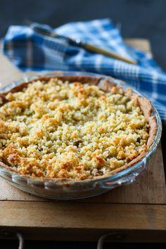 Délicieuse tarte à la rhubarbe, avec du crumble par dessus pour encore plus de gourmandise !