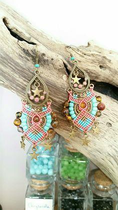 Boucles bohème en micro macramé et perles gemmes oeil de tigre corail et turquoise : Boucles d'oreille par s-craft