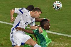 サッカーW杯ブラジル大会(2014 World Cup)グループF、ナイジェリア対ボスニア・ヘルツェゴビナ。ヘディングシュートを放つボスニア・ヘルツェゴビナのエディン・ジェコ(Edin Dzeko、左、2014年6月21日撮影)。(c)AFP/LUIS ACOSTA ▼22Jun2014AFP|ナイジェリアが勝利、ボスニア・ヘルツェゴビナは敗退決定 http://www.afpbb.com/articles/-/3018388 #Brazil2014 #Nigeria_Bosnia_Herzegovina_group_F