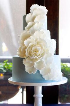 Blue and white - so chic! #wedding #weddingcake #cake #blue #floral